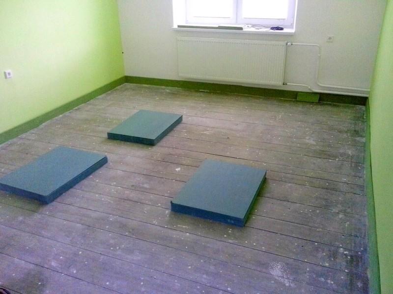 Původní hrubá tesařská podlaha