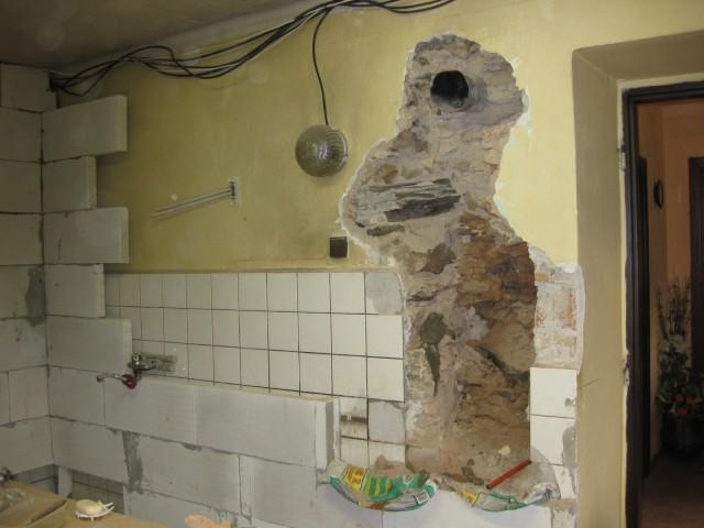 Vybourání kamenného zdiva pro kouřovod
