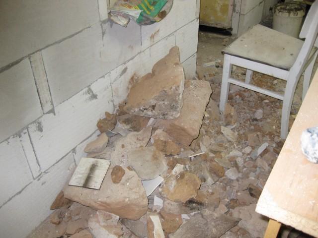 Vybourané zdivo z otvoru pro kouřovod