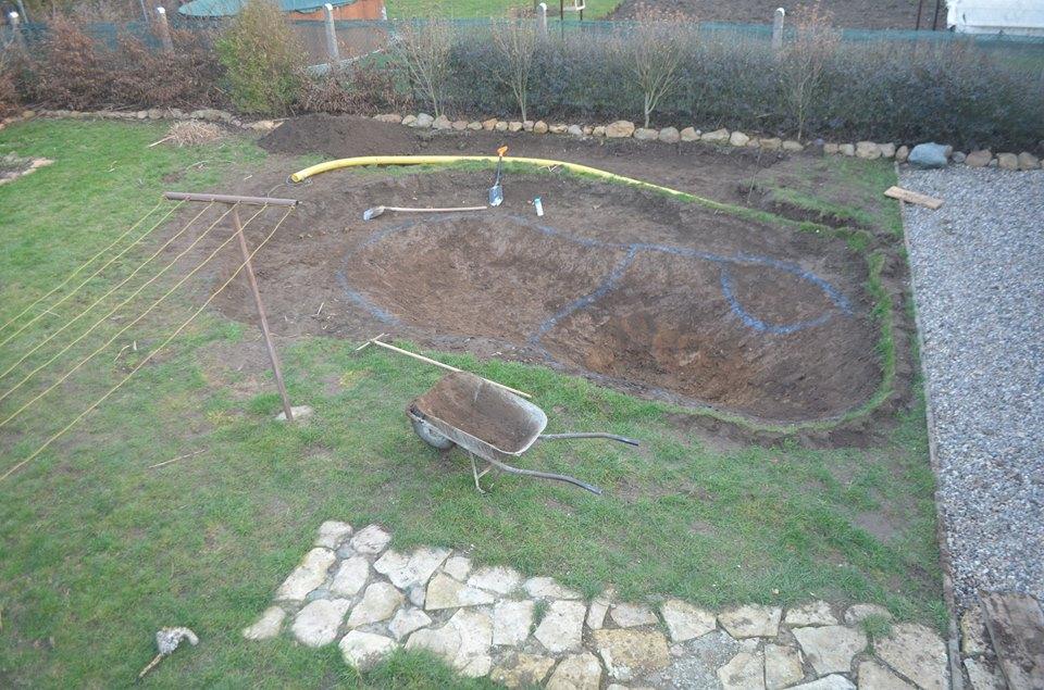 Výkop jámy pro zahradní jezírko