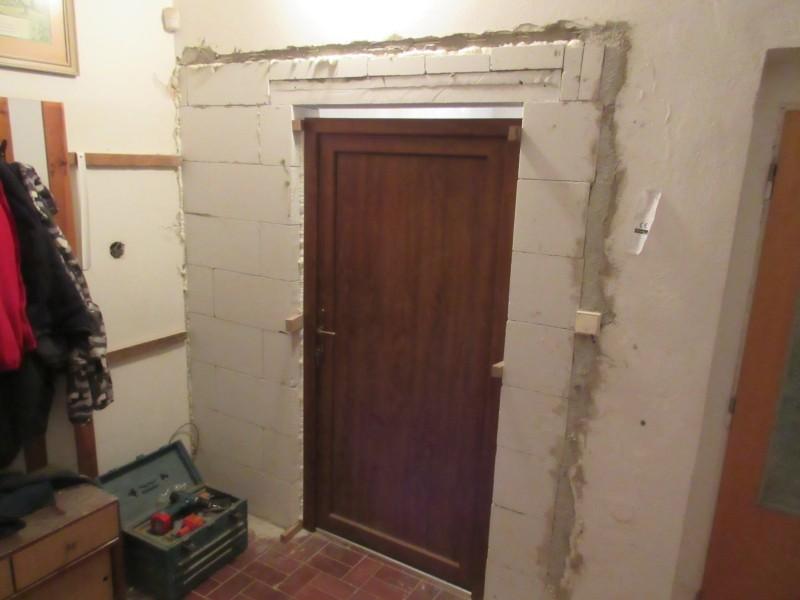 Vyzdění příčky a osazení dveří