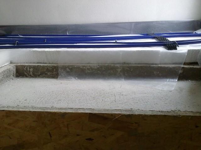 Řez podlahou - podkladní beton, tepelná izolace z polystyrenu, separační fólie, topné trubky