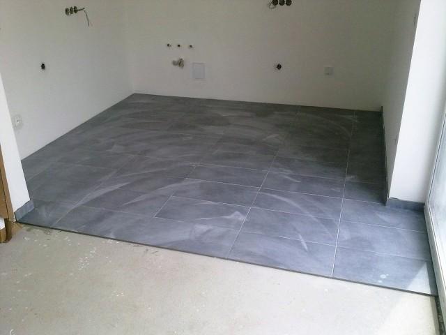 Pohled na finální nášlapnou vrstvu podlahy z keramické dlažby
