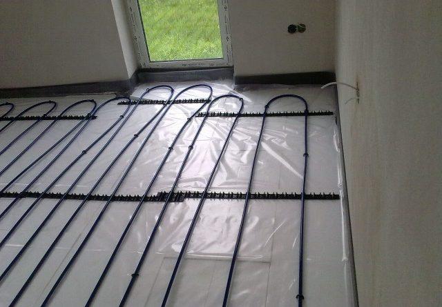 Uchycení topných trubek podlahového vytápění k tepelné izolaci z polystyrenu