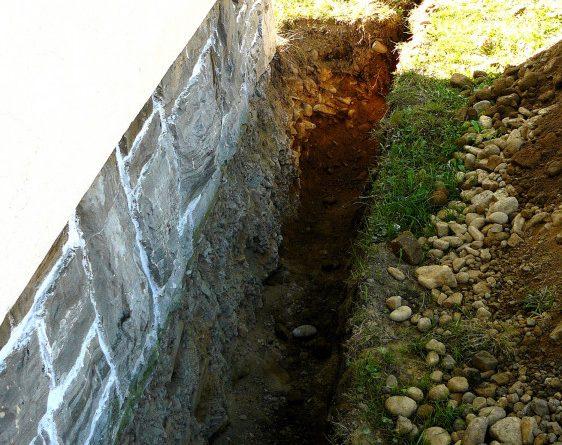 Na jednotlivých stranách základu jsme odkopali terén