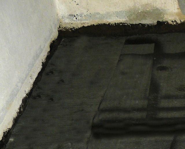 První betonová vrstva pokrytá pásy lepenky