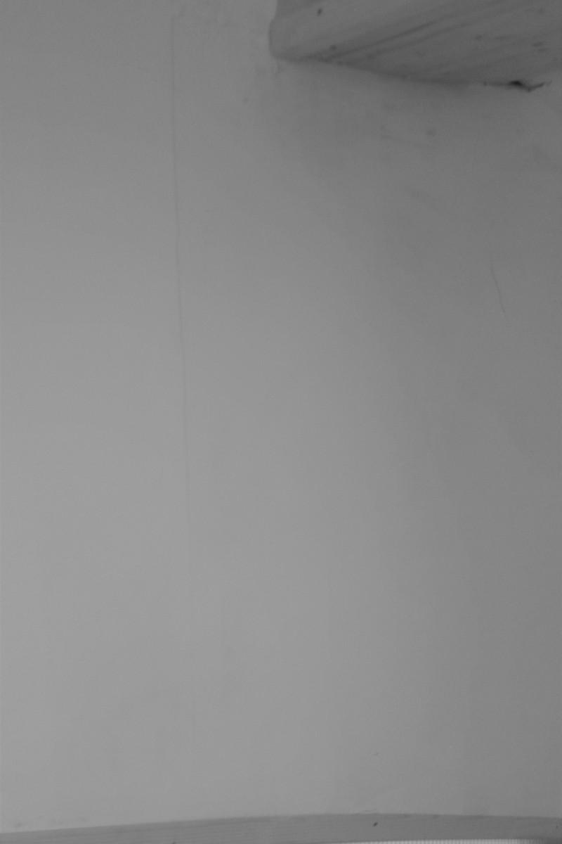 Prasklina v chybně zatmelené spáře na styku dvou sádrokartonových desek