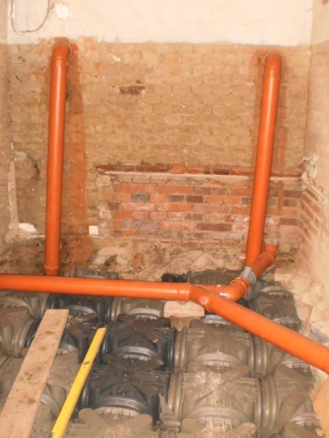 Nové odpadní potrubí, na podlaze jsou položeny tvarovky Iglú