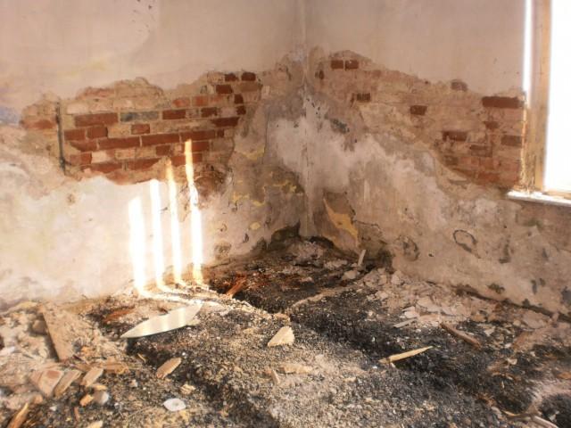 Původní podkladní vrstvy podlahy ze škváry po odstranění dřevěných prken