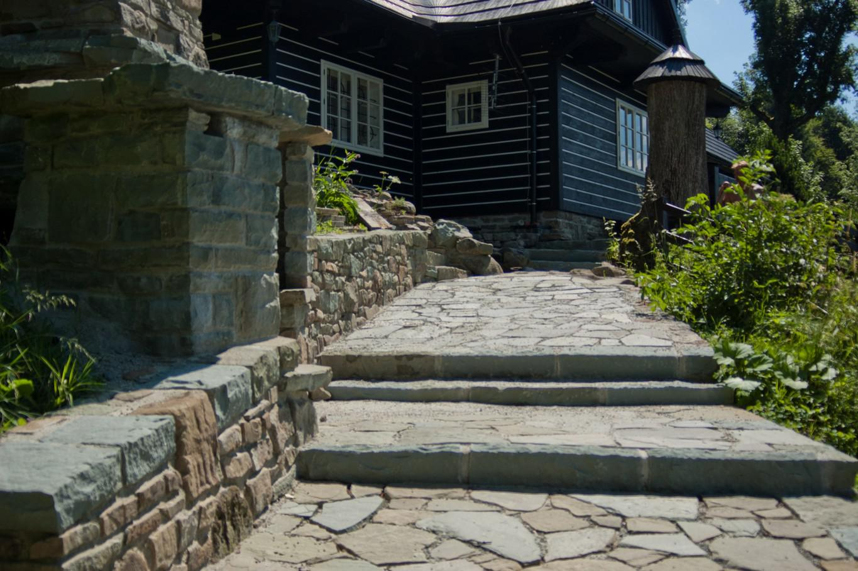Pohled na kamennou zídku a kamenné schody
