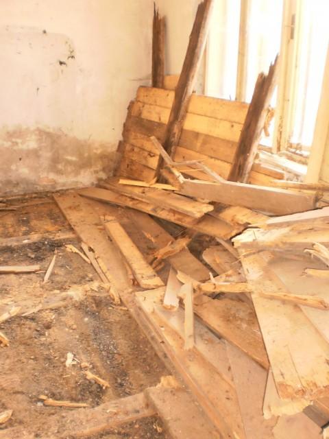 Průběh odstraňování staré prkenné podlahy