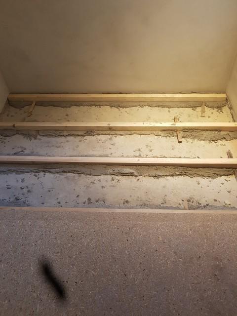 Uložení podkladních hranolů do betonového lože