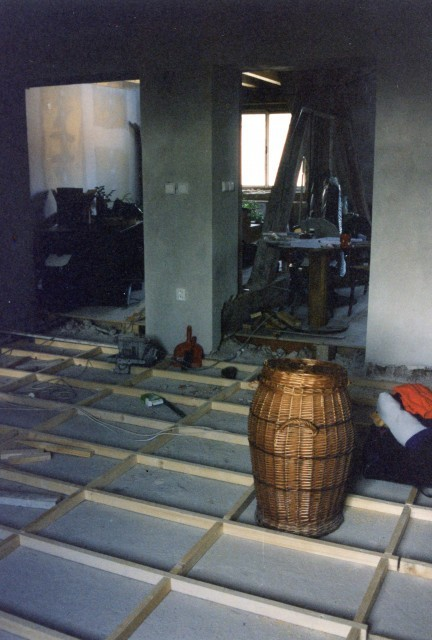 Rekonstrukce podlahy z dřevěných palubek - nový dřevěný rastr na původní betonové podlaze