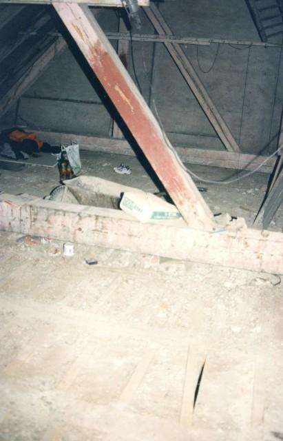 Rekonstrukce podlahy z dřevěných palubek - původní stav po odstranění půdovek a prken
