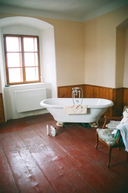 Renovace dřevěné podlahy - po nanesení barevného nátěru